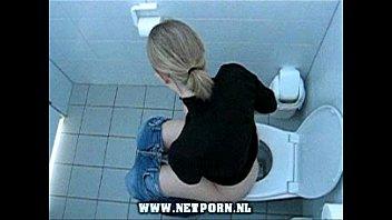 restroom femmes shitting