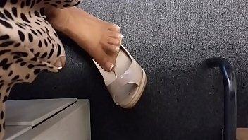 candid assistant shoeplay by copy machine part 1- wwwprettyfeetvideocom